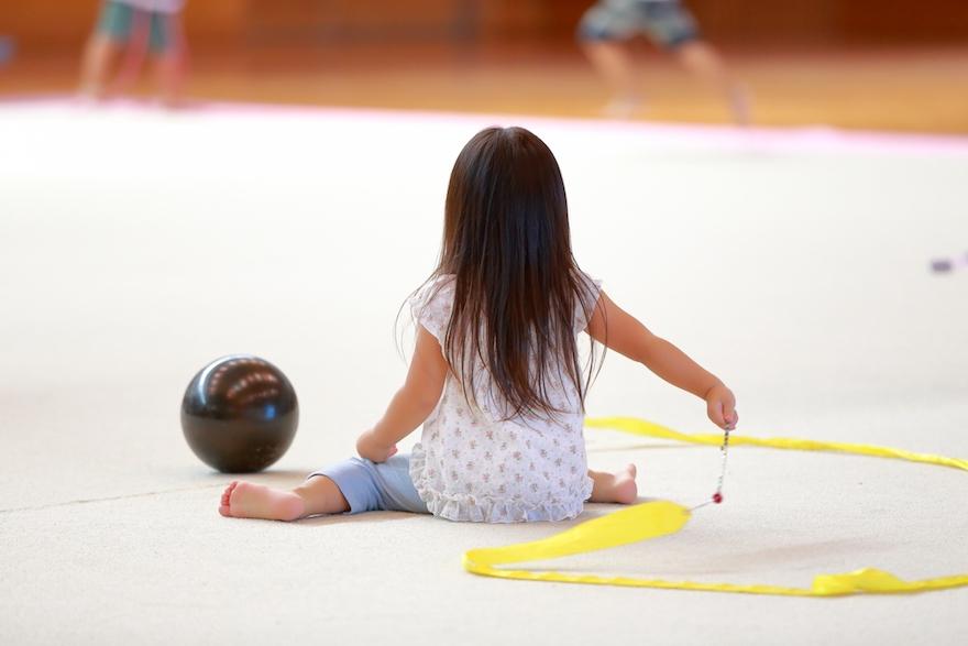 新体操の練習をする女の子